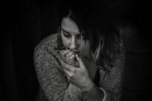 Kobieta, która zmaga się z depresją. Leczenie depresji Warszawa