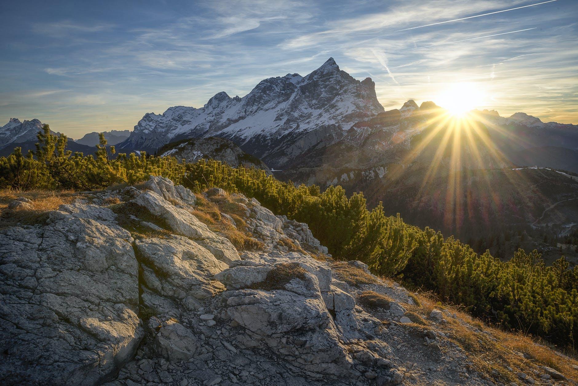 Góry skalne a nad nimi zachodzące słońce