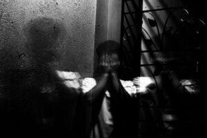 Kobieta, która skrywa twarz w rękach i ma problemy z nerwicą - leczenie nerwicy Warszawa