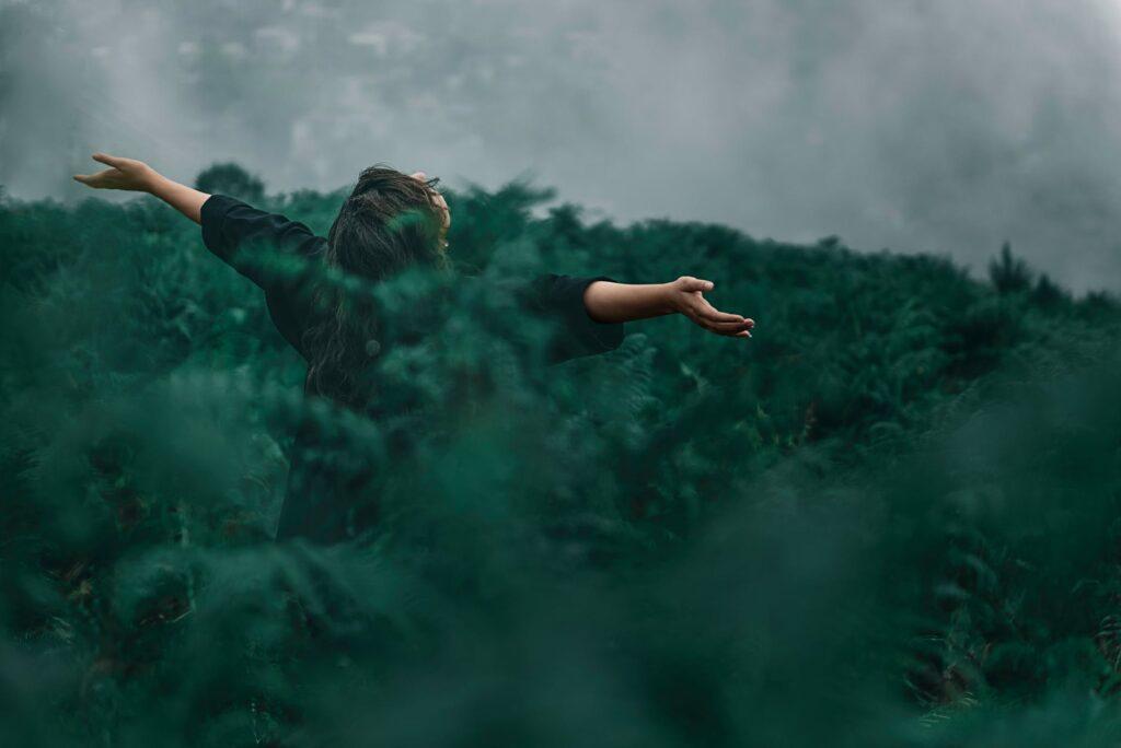 Kobieta między drzewami z problemem nerwicy - leczenie nerwicy Warszawa