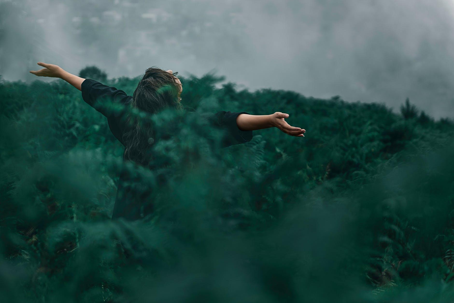 Kobieta między drzewami potrzebująca psychologa w Warszawie