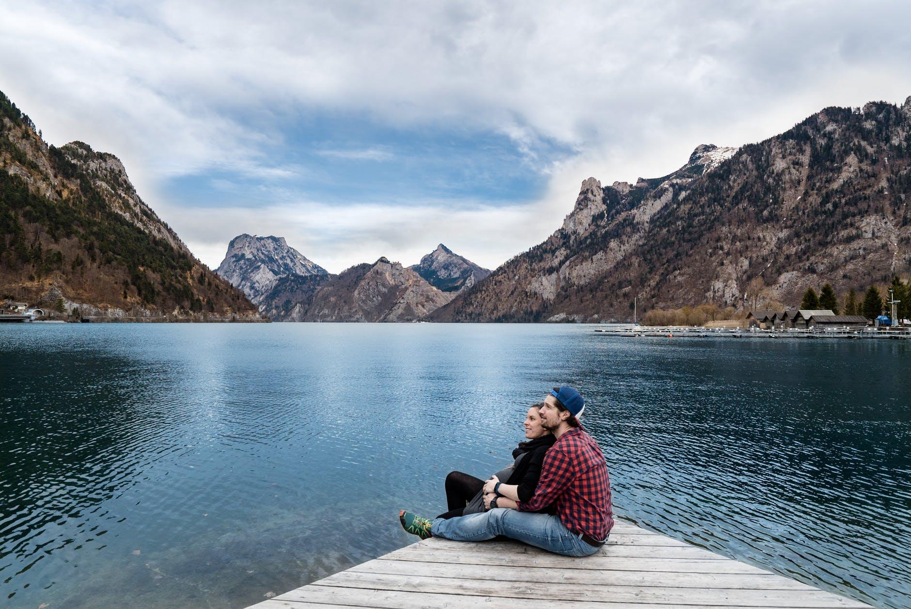 Para nad jeziorem z widokiem na góry - terapia par na Warszawa